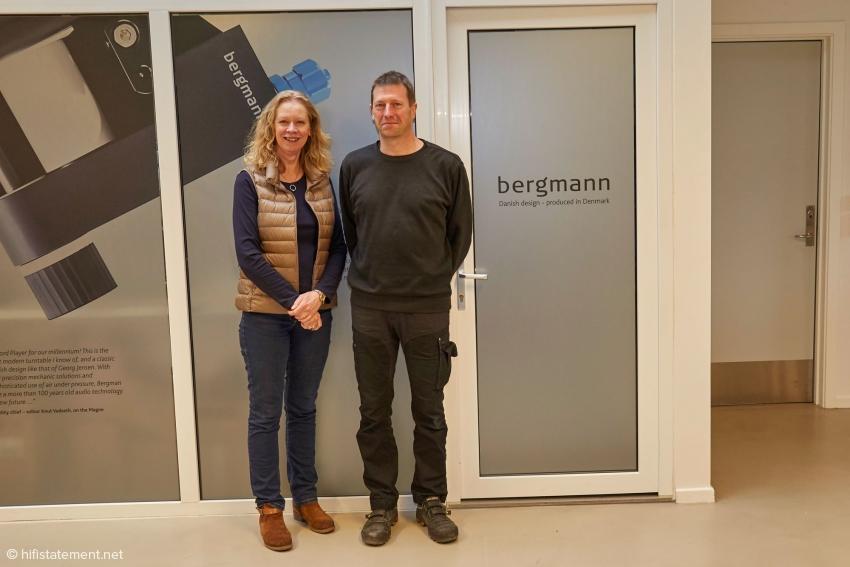 Eva en Johnnie naast het Bergmann logo